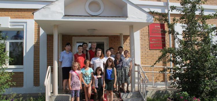 В Улан-Удэ общественники и полицейские организовали для детей экскурсию в Дом дружбы